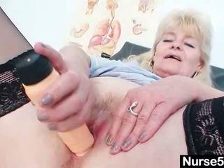 Oud blond dame shows af natuurlijk tieten en dildo s