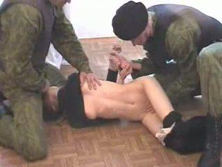 Two армия men brutalize terrorist видео