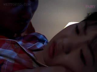 Nena asiática gets perra teased en undies en su sueño