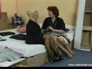 Oud lesbiennes in bedrijf suits kniekousen en hakken krijgen het op