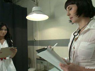 A nurses pajkos szex groping -ban a sötét és finding neki cock1