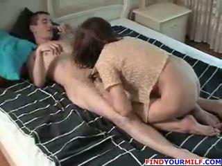 Momen doing henne son's vän