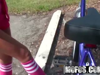Mofos - heet slag adriana milano plays met haarzelf en flashes de camara op haar fiets