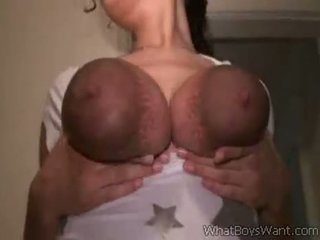 Blank chick milking haar groot zwart tieten
