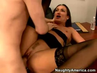 Seksuālā mammīte michelle nolikt blows a grūti meatpole par viņai istaba
