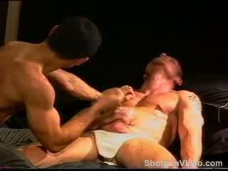 Siksaan alat kelamin pria seksi hung smooth muscle tiang has buah zakar punched dan squeezed oleh lain seksi smooth muscle tiang.