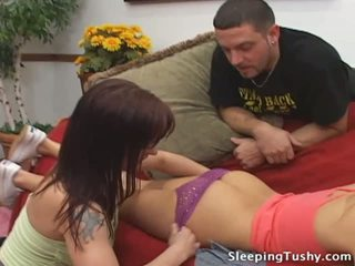 ホット 尻 レズビアン ベイブ gets 彼女の 戦利品 licked 同時に 睡眠