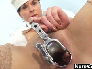 Amateur milf verpleegster ondeugend poesje stretching op gyn