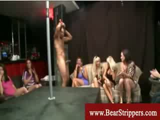 Meitenes visi ārā pie apģērbta sievete kails vīrietis stripper ballīte