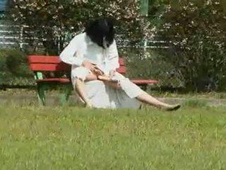 Een japans vrouw is een masturbation outdoors