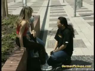 Gjerman çift qirje me njeri duke parë