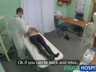 Adembenemend uma gets geneukt door de dokter