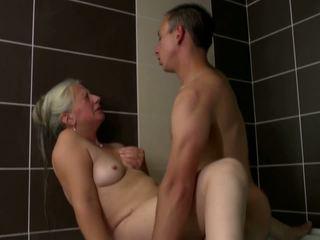Старий мама takes молодий пеніс в ванна кімната, hd порно 2e