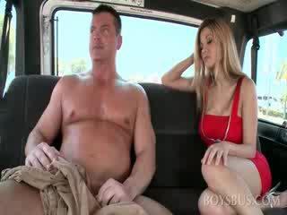 Недосвідчена м'язистий dude gets великий boner в the секс автобус