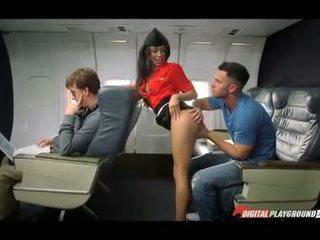 Latina hospedeira nailed em o plane