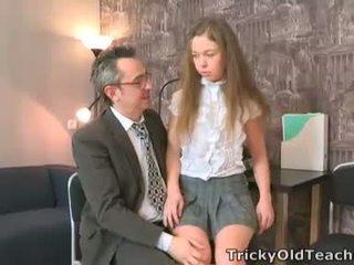 Sara looks joten innocent kun hän walks osaksi the teachers toimisto