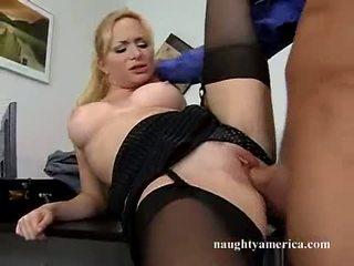 Секси hawt aiden starr receives тя розов путка pummeled на на маса