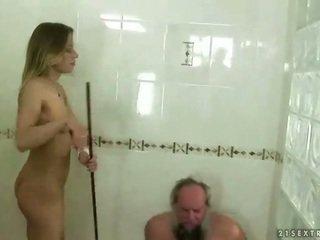 Adolescente punishing abuelo