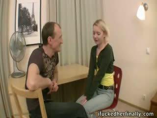 Virgin deflowered oleh boyfriend's bapa.
