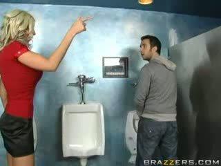 Mabuk milf sucks dalam tandas!