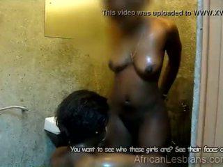 Juodas afrikietiškas lesbietiškas tongues krūtinga juodaodžiai mergina
