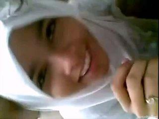 Pěkný indonéský dívka gives výstřik