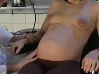 Těhotná manželka fucked podle ji lékař