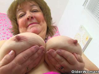Britiškas senelė susan feeds jos alkanas pyzda su dildo