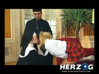Bavarian gadis sekolah dan rahib banged keras oleh priest