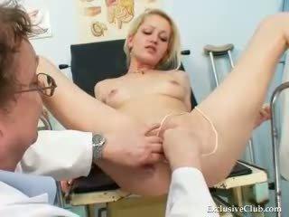 Blond female echt gyno controleren omhoog