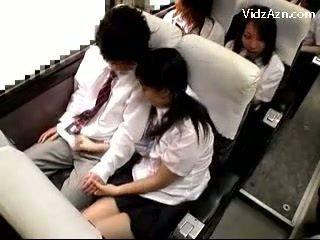 Nxënëse masturbim mashkullor larg guys kokosh në the schools autobuz udhëtim