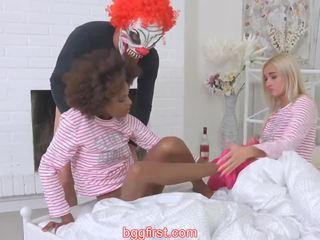 Scary kloun koos blond ja tõmmud teismeliseiga