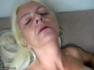Oldnanny blondine rijpere en slaaf brunette tiener masturberen