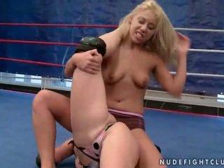 Mežonīga jauns blondes fighting