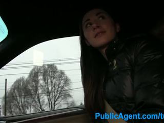 Publicagent seks in de auto met een hitch hiker
