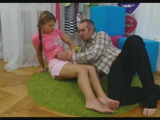 Babe menyebar dia tungkai kaki untuk mengambil sebuah titit