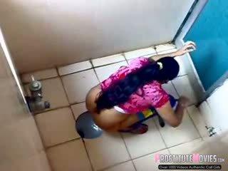 Hinduskie panie filmed na szpiegowanie kamera w a publiczne toaleta