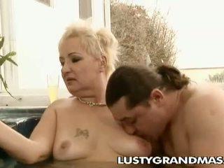 Lusty grandmas: geil corpulent oma leila geboord in bubbelbad