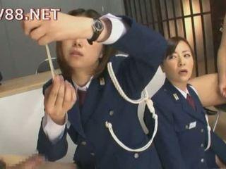Japoniškas female kalėjimas guards šūdas jų inmates