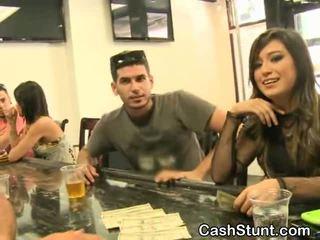 Bela morena amadora sucks durante dinheiro talks stunt