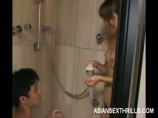 Asiatiskapojke modell strips i den dusch