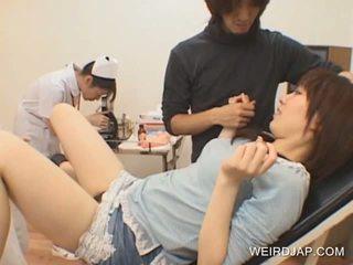 Japanisch teen gets muschi toyed von rallig doktor