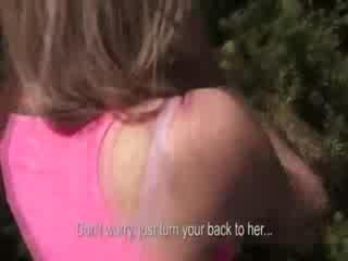 Pop slender meisje over naar zijn picked omhoog
