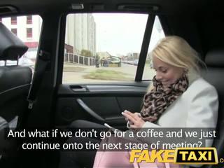Faketaxi blondýna zákazník seduced podľa taxi driver