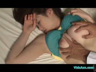 Gros seins fille sommeil tétons sucked chatte licked et baisée sur la mattress en la salle