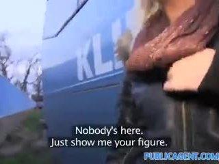 Publicagent bleached blonde nana gets baisée outdoors derrière une entraîneur