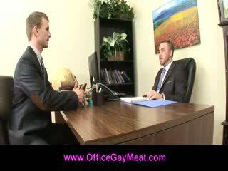Gej employee seduces njegov šef da obdržati njegov delo