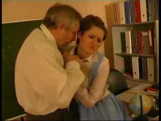 Skolotāja apvainotas vācieši lelle