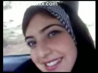 Süß arabisch teen zeigen titten im auto