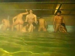 Piss: όργιο σε ο πισίνα και σάουνα
